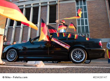 Autos zeigen Flagge