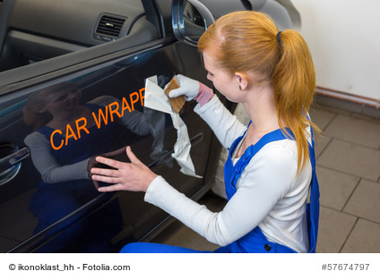 Autoaufkleber trocken verkleben