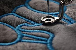 Textilien besticken blauer Stick