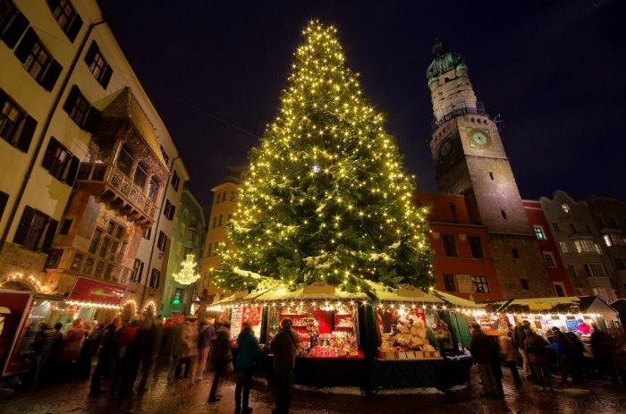 Weihnachtsbaum auf Weihnachtsmarkt